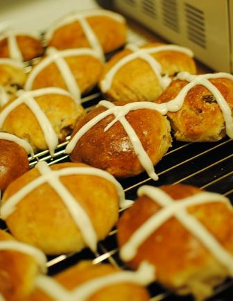 464px-Homemade_Hot_Cross_Buns