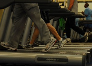 800px-Treadmills_at_gym