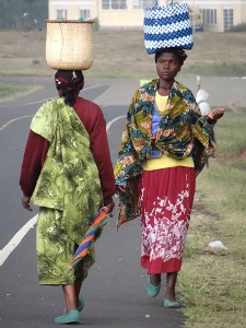 450px-Women_Bearing_Bundles_-_Outside_Kisoro_-_Southwestern_Uganda