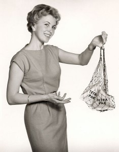 469px-Tetra_Pak_housewife_with_shopping_net,_1950s