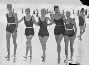 800px-StateLibQld_2_150679_Teenaged_girls_taking_a_stroll_along_a_beach,_1934